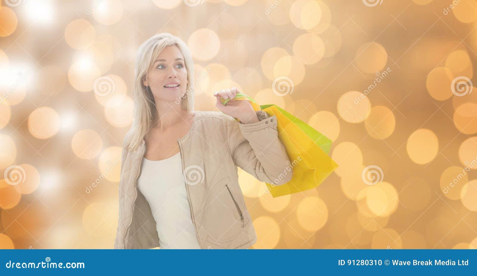 Hållande shoppingpåsar för kvinna, medan se bort