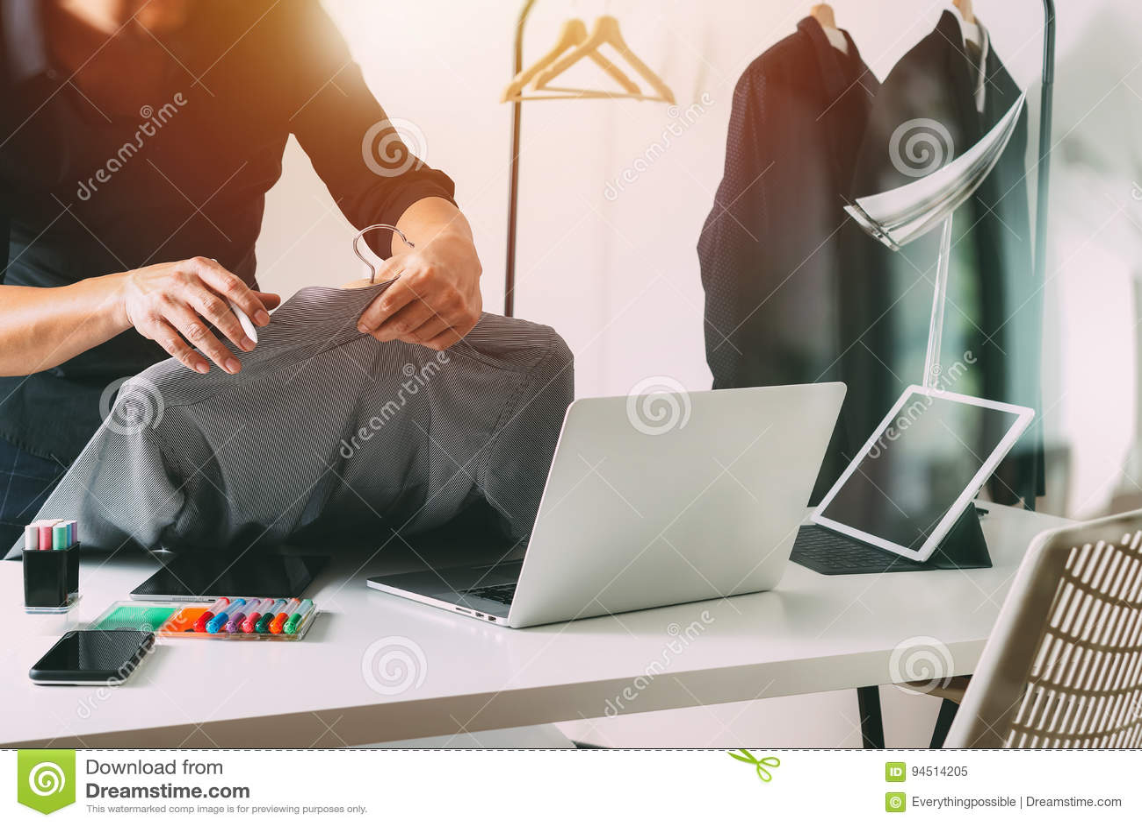 Hållande skjorta för modeformgivare och användabärbar dator med den digitala fliken