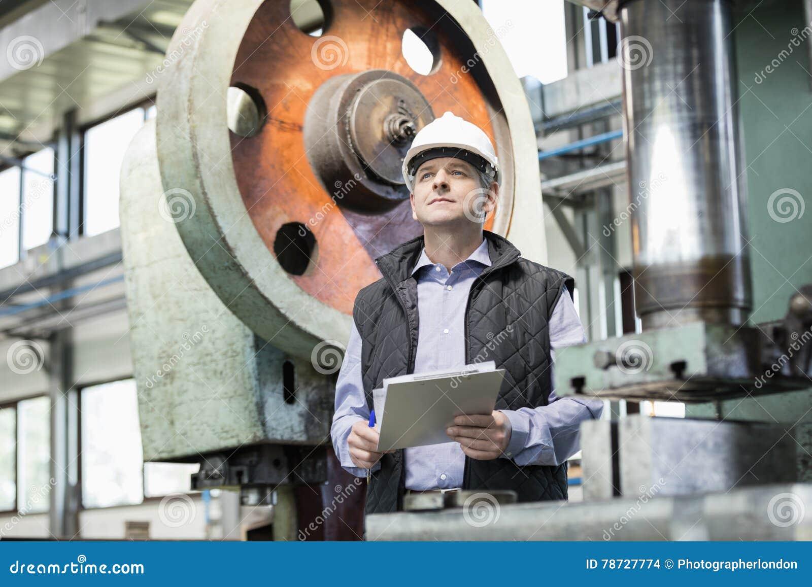Hållande skrivplatta för manlig arbetsledare i metallbransch