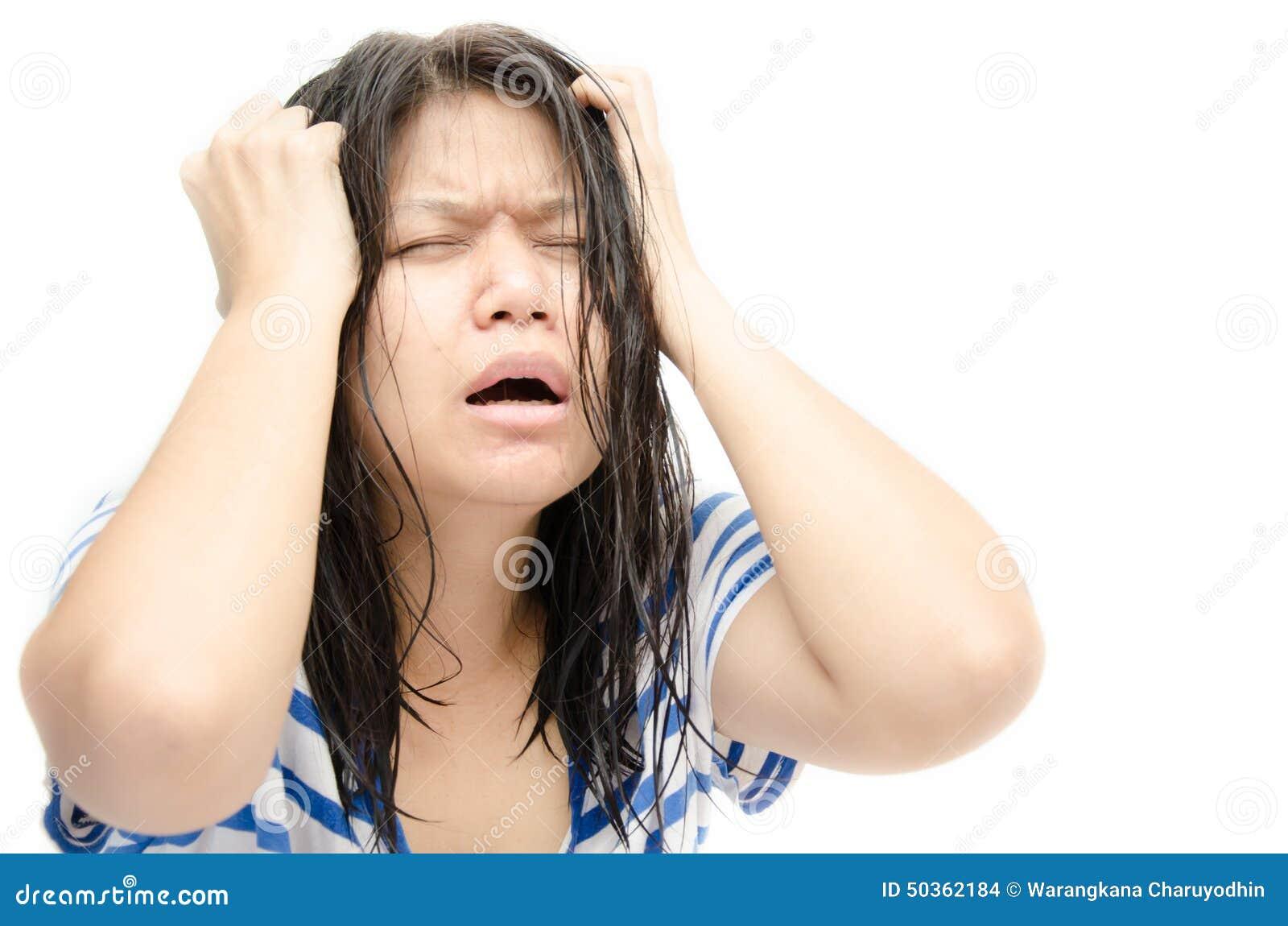 Hår för tät galen frustration för affärskvinna gående som hon som drar spänning, belastade upp vitt kvinnabarn