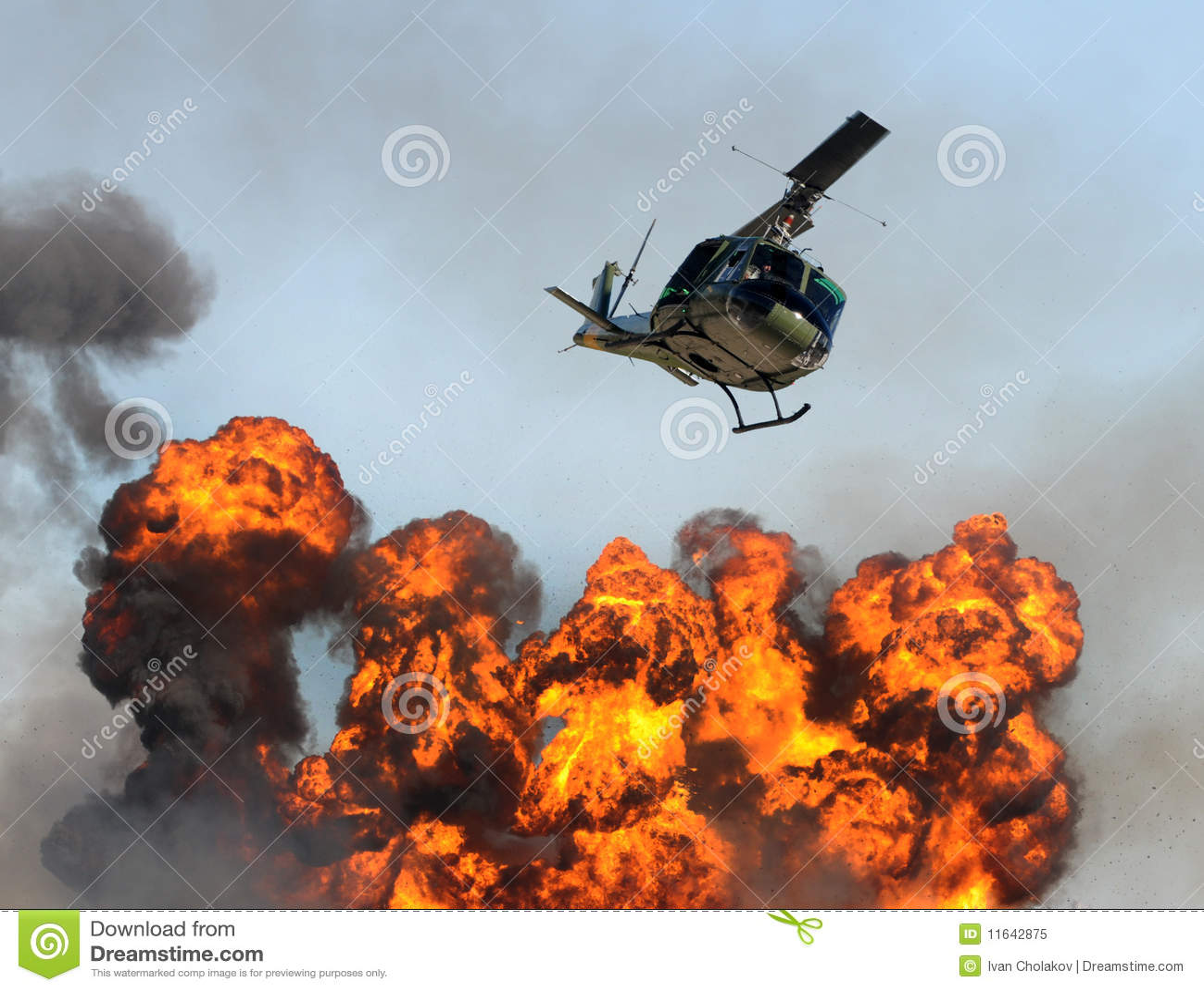 Hélicoptère au-dessus d incendie