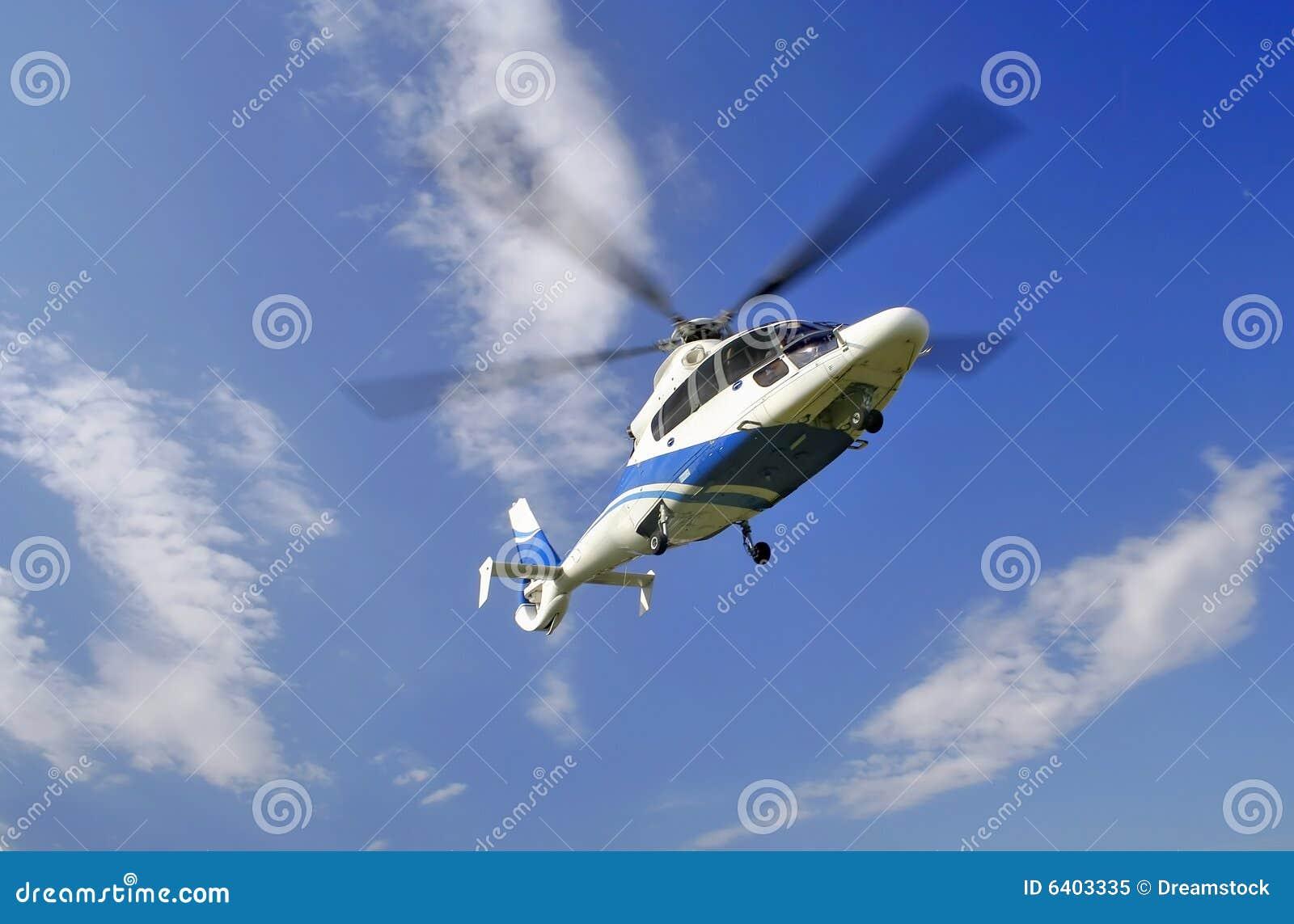 Hélicoptère dans le ciel