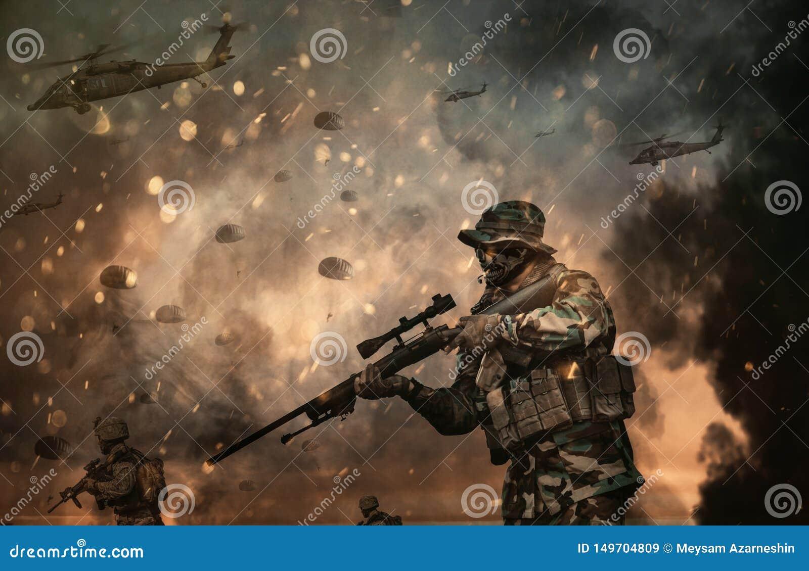 Hélicoptère et forces militaires dans le champ de bataille au coucher du soleil