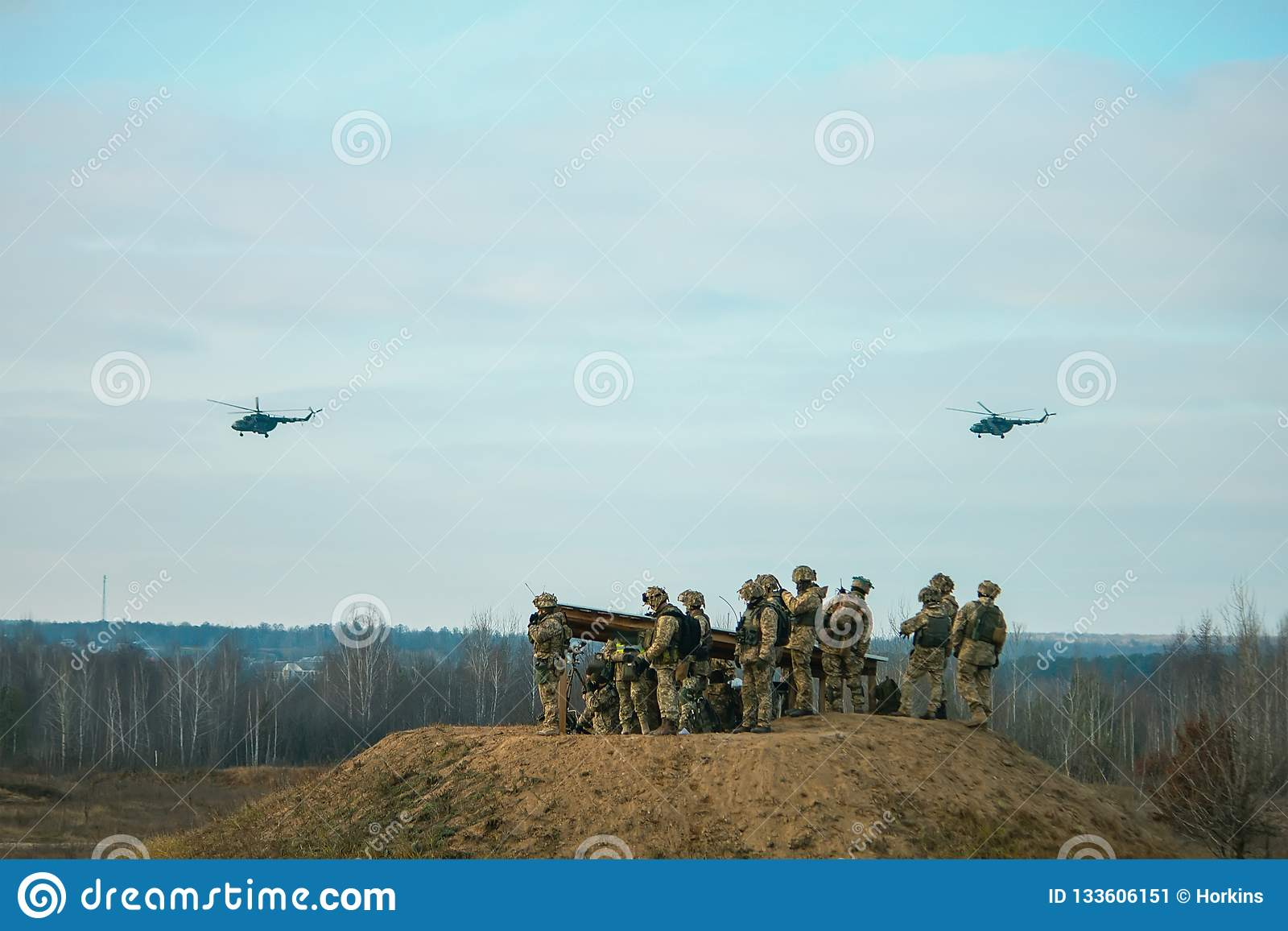 Hélicoptères militaires d armée volant au-dessus du champ militaire