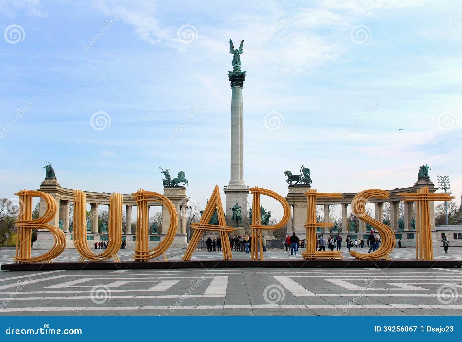 Héros carrés à Budapest avec le signe en bois