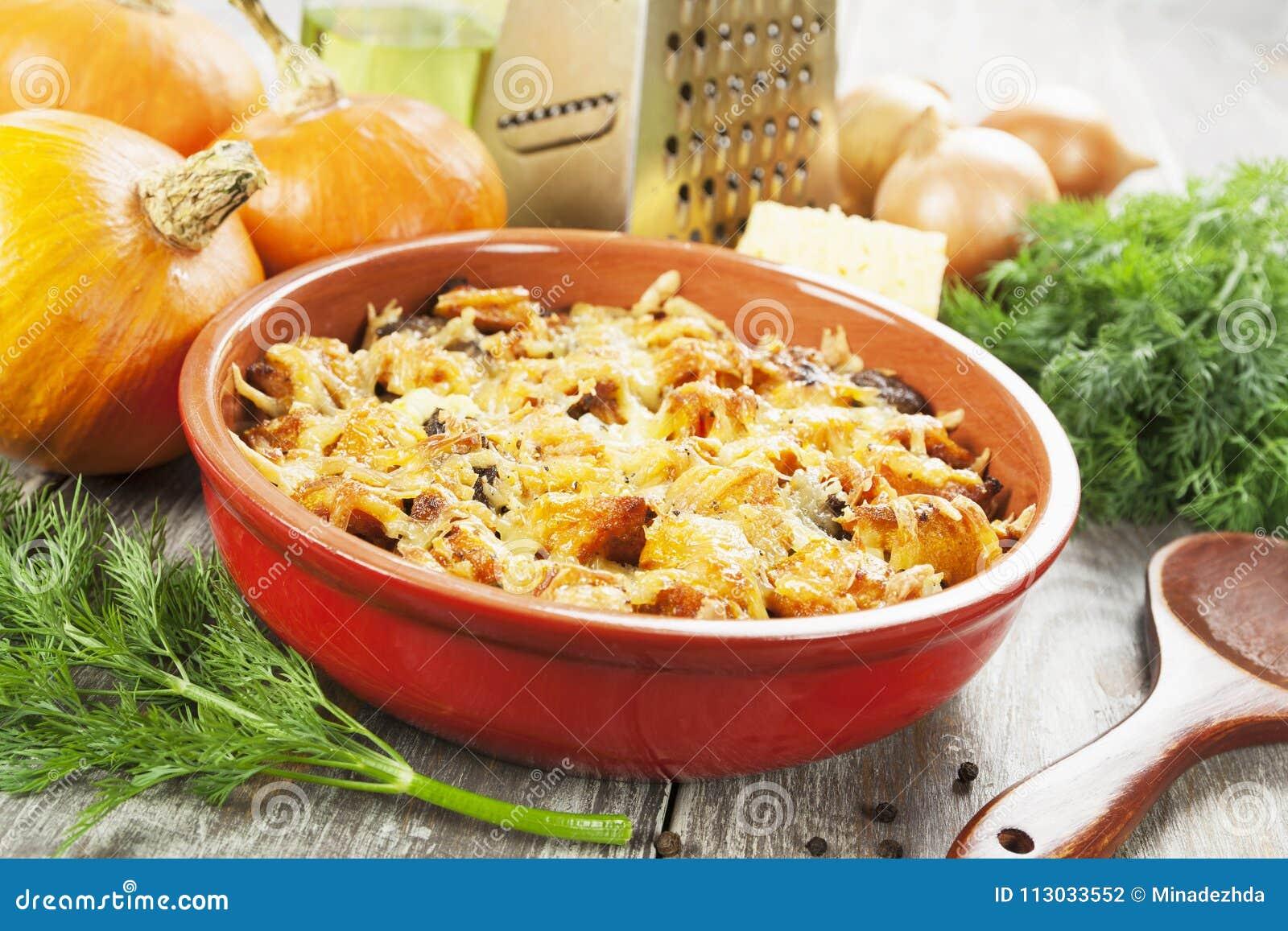 Hígado de pollo cocido con la calabaza y el queso