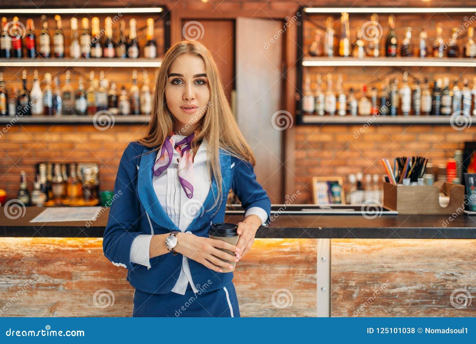 Hôtesse au compteur de barre en café d aéroport