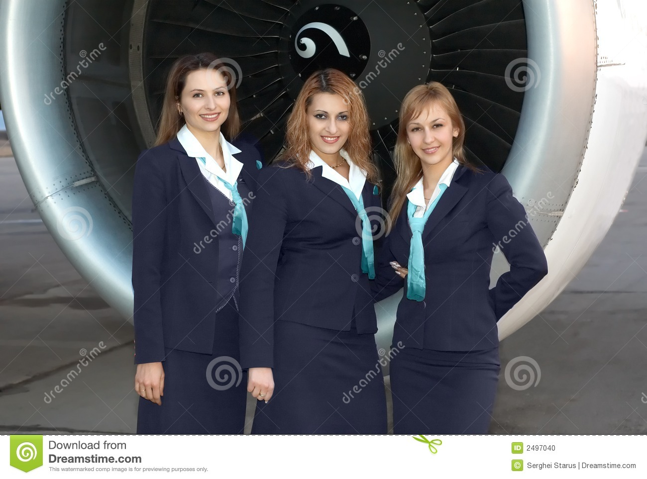 Hôtesses de l air devant l engine