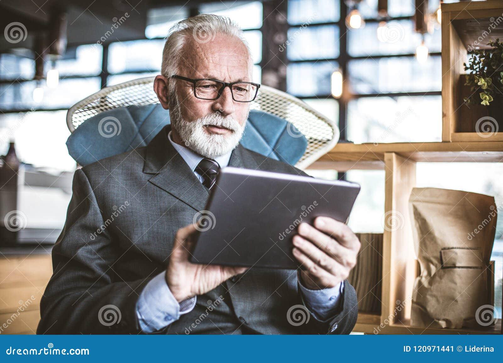 Hög affärsman som arbetar på den digitala minnestavlan close upp