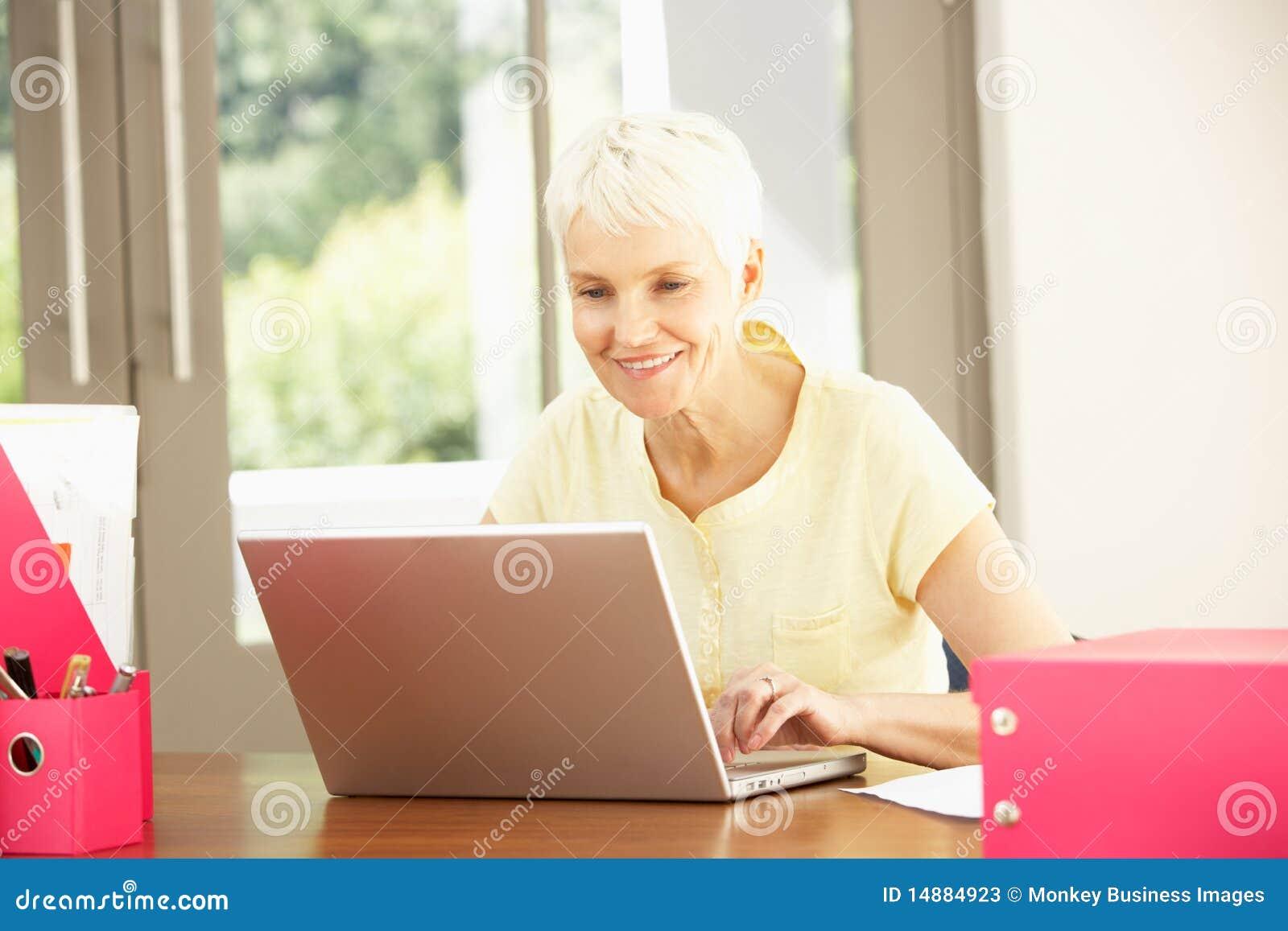 Hög användande kvinna för home bärbar dator