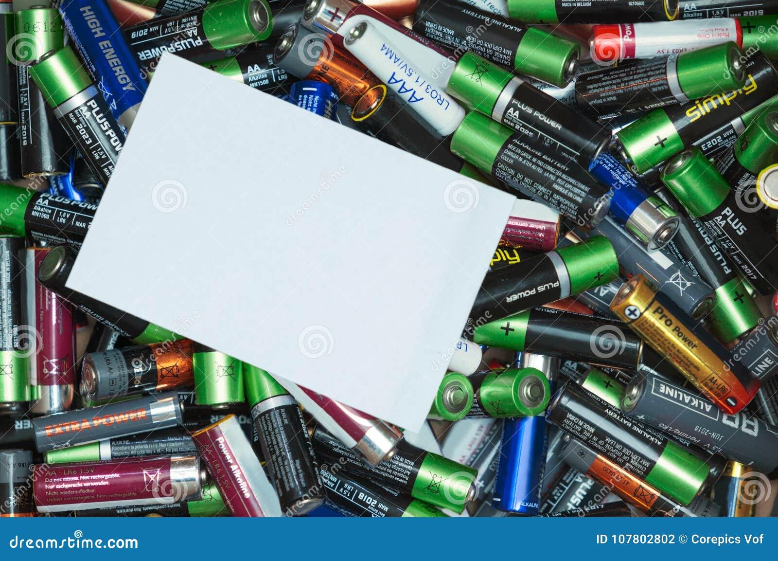 Hög av batterier med en kopieringsutrymmeetikett