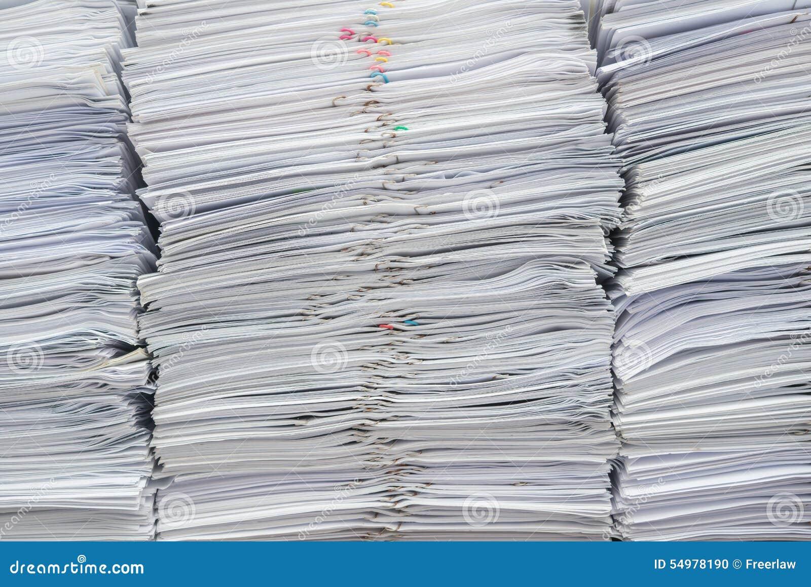 Hög av dokument på skrivbordet