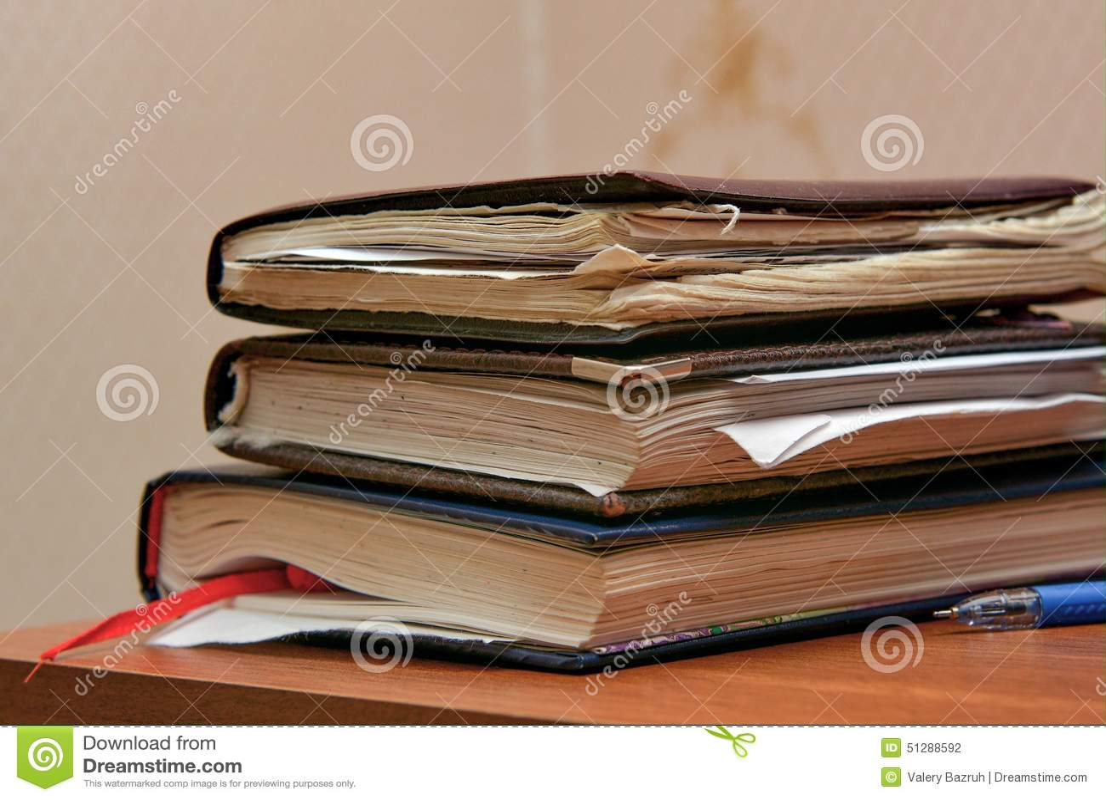 Hög av gamla anteckningsböcker av studenten på tabellen