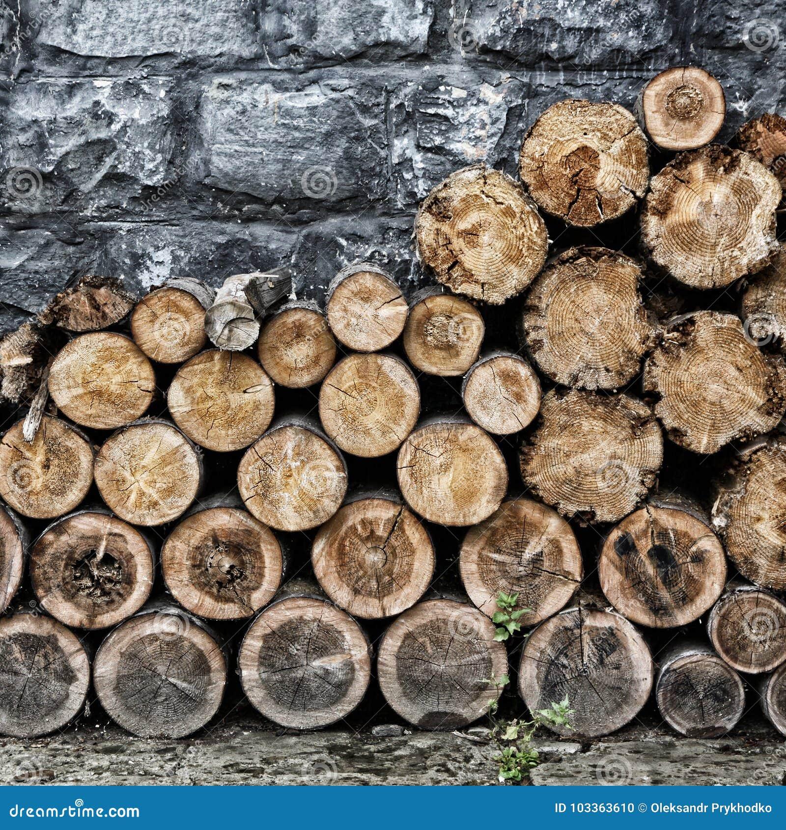 Hög av gammalt huggit av brandträ