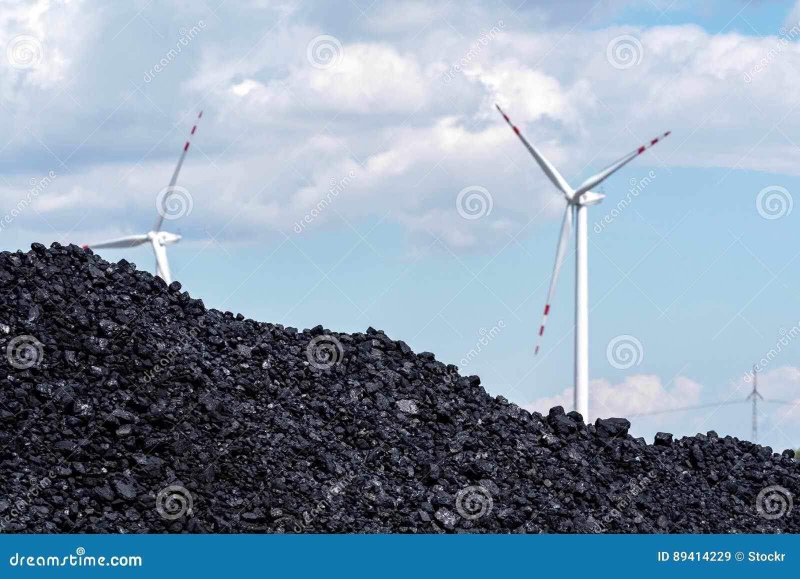Hög av kol och väderkvarnen