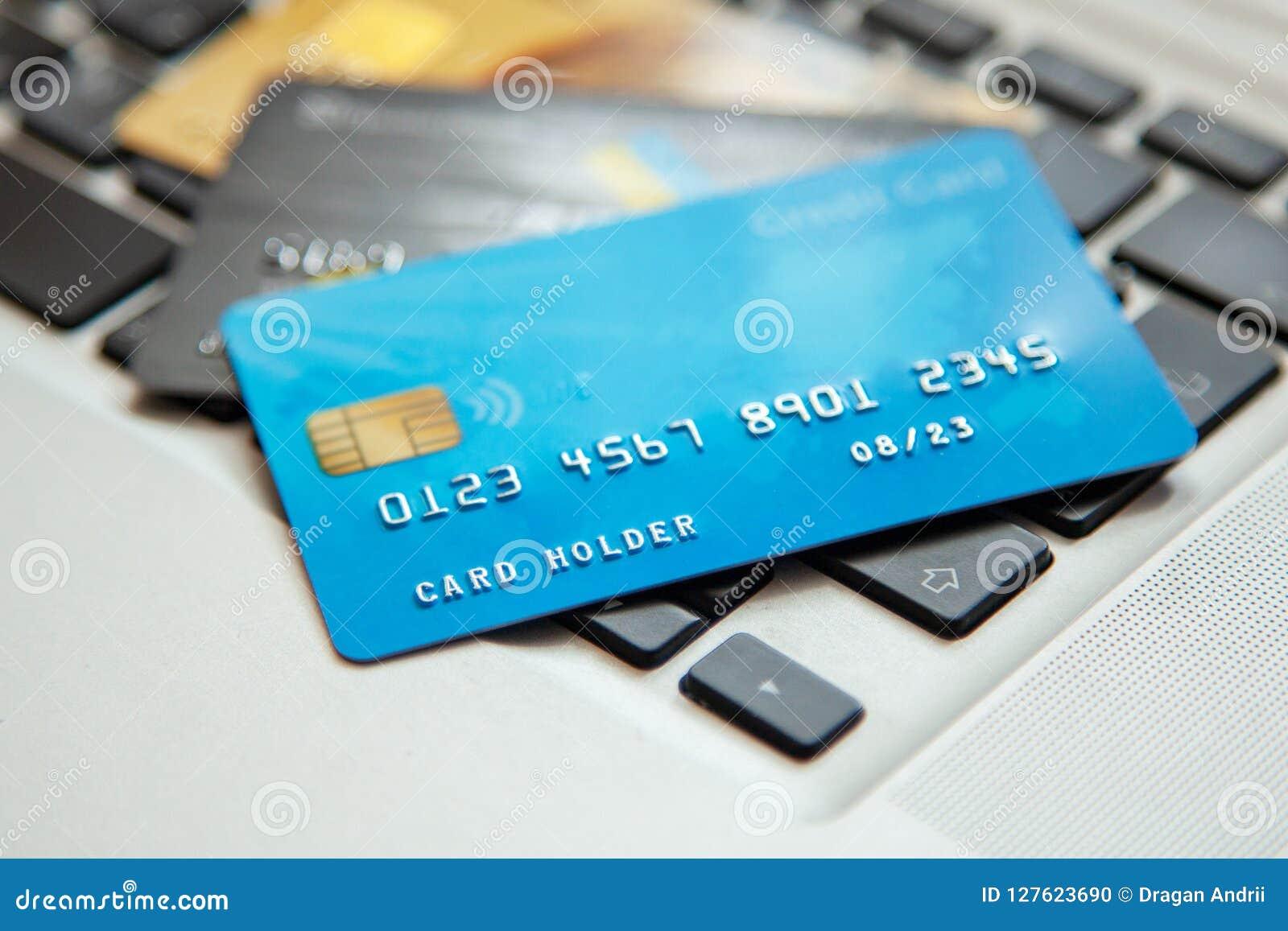 Hög av kreditkortar på bärbar datortangentbordet Öppet tillträde för online-shopping