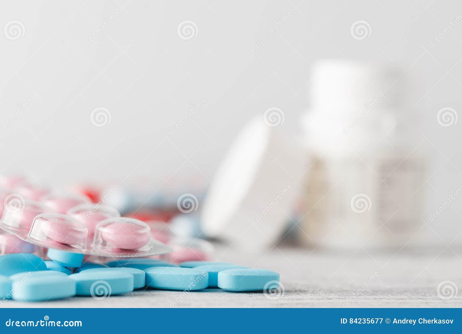 Hög av medicinska preventivpillerar på trätabellen