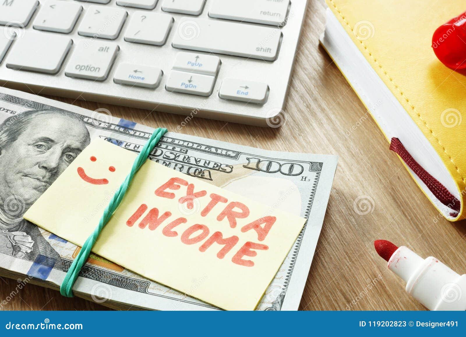 Hög av pengar med extra inkomst för tecken