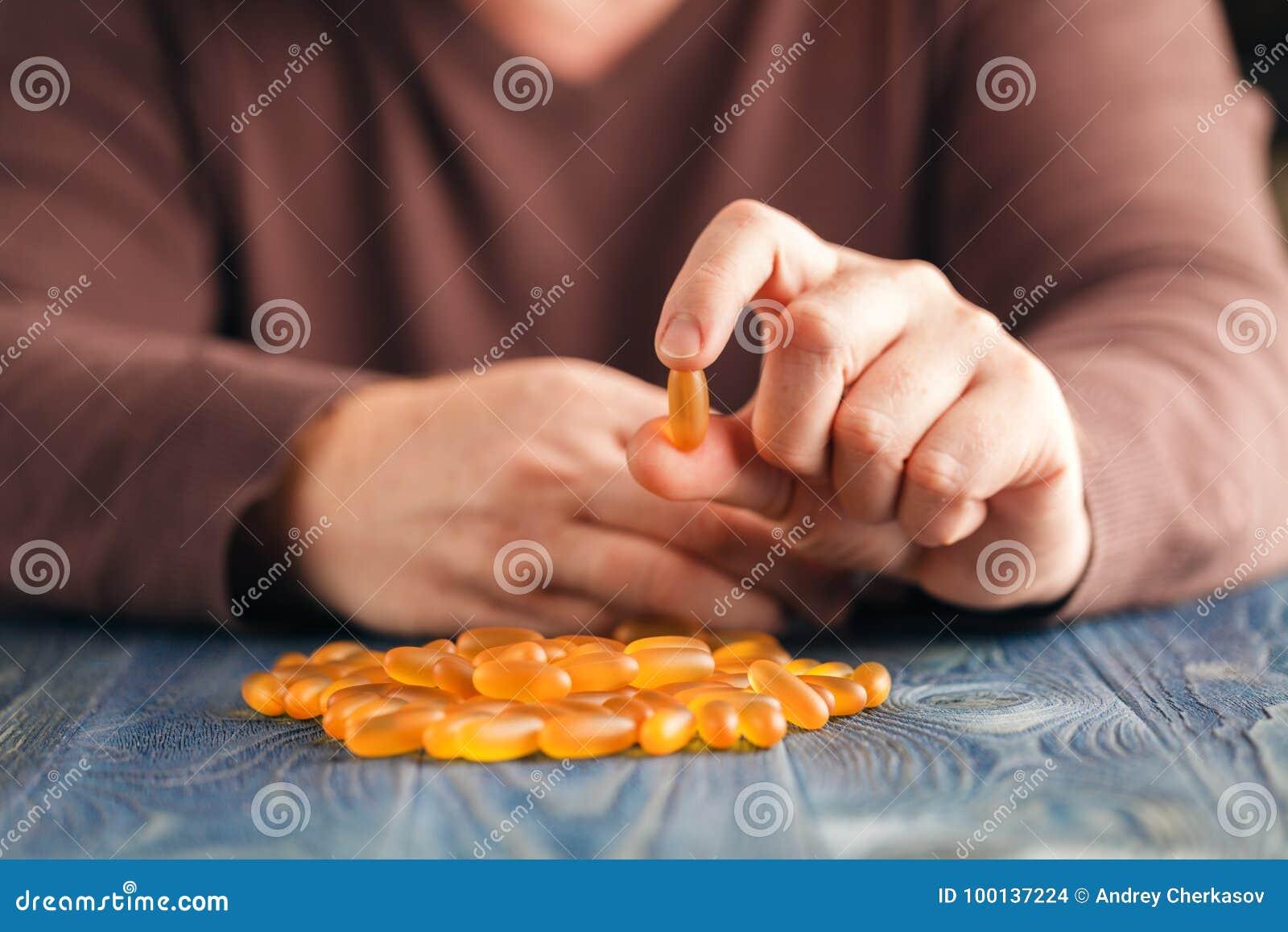 Hög av preventivpillerar i manhänder på tabellen