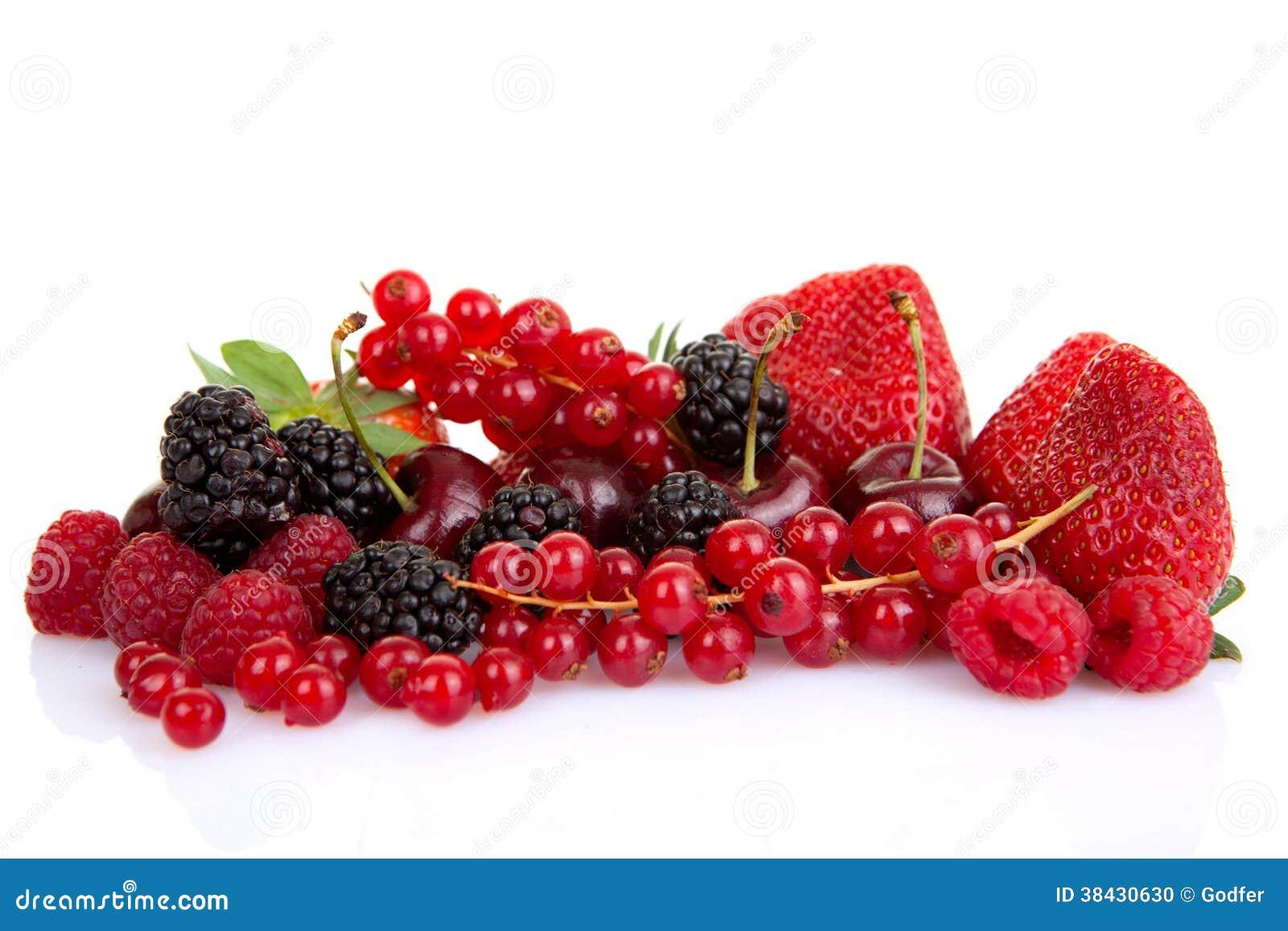 Hög av röda sommarfrukter eller bär