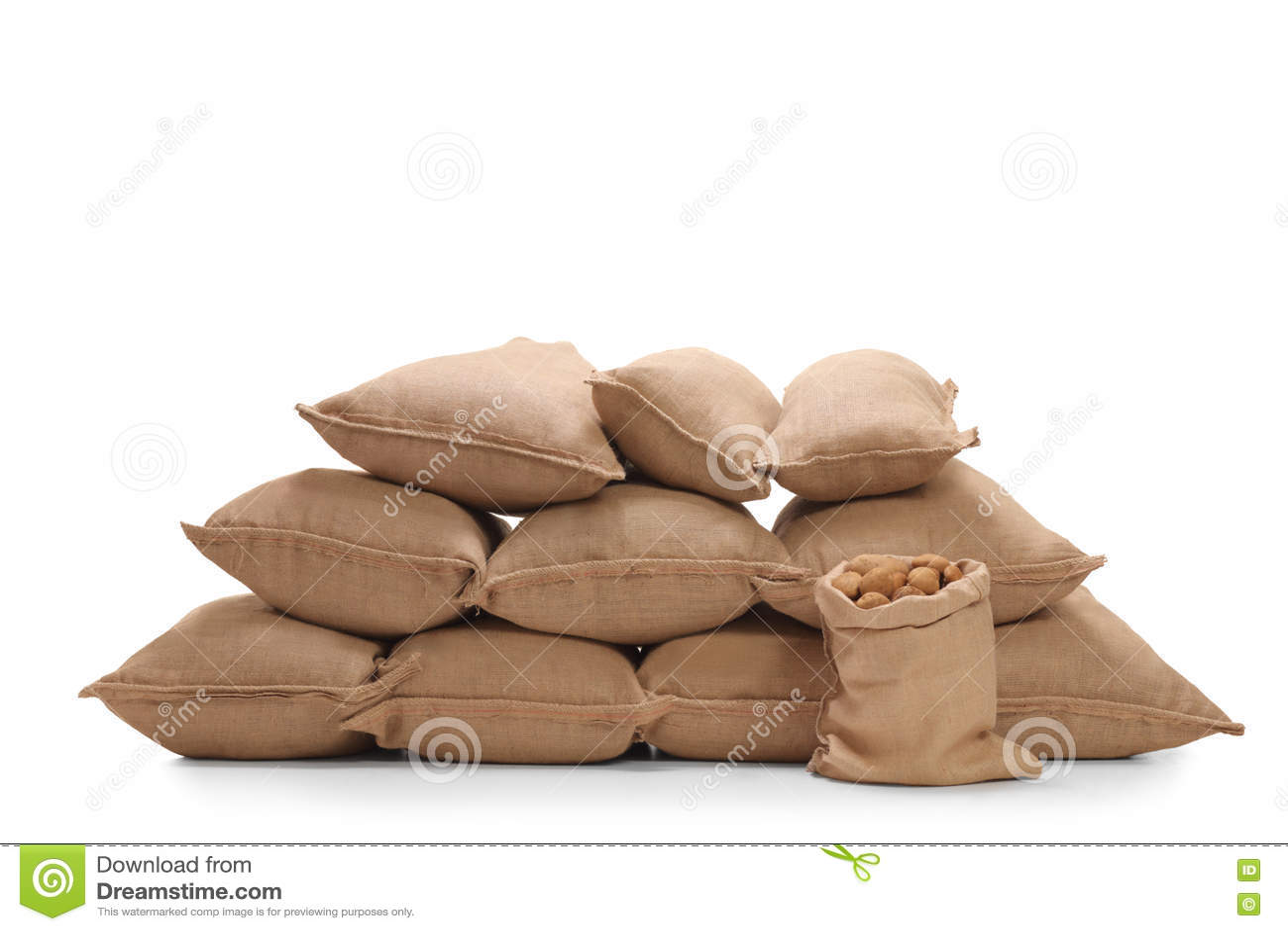 Hög av säckvävsäckar som fylls med potatisar