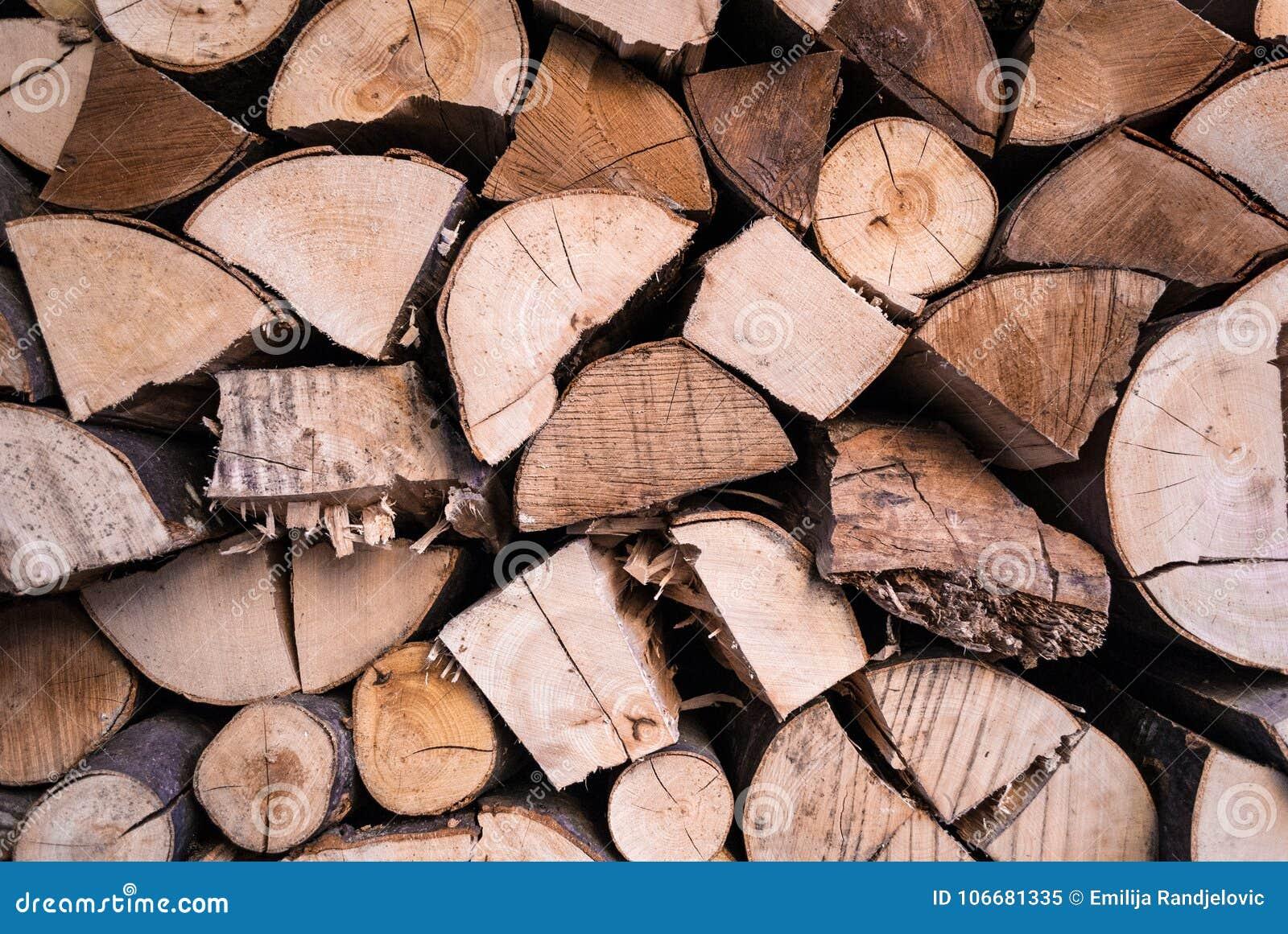 Hög av wood journalväggtextur som är förberedd för vinteruppvärmning