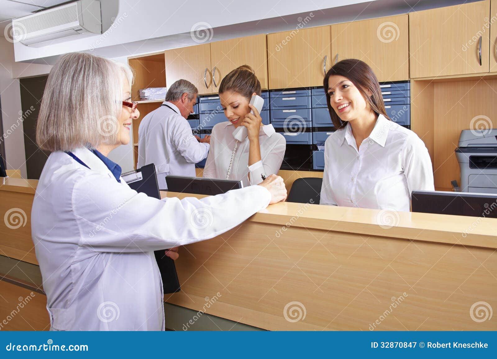 Hög doktor som talar med receptionisten