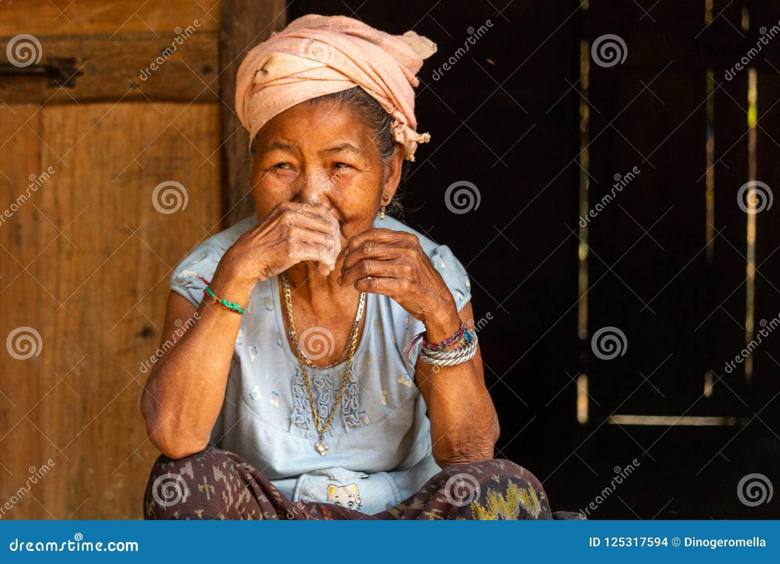 Hög kvinna Laos för etnisk minoritet