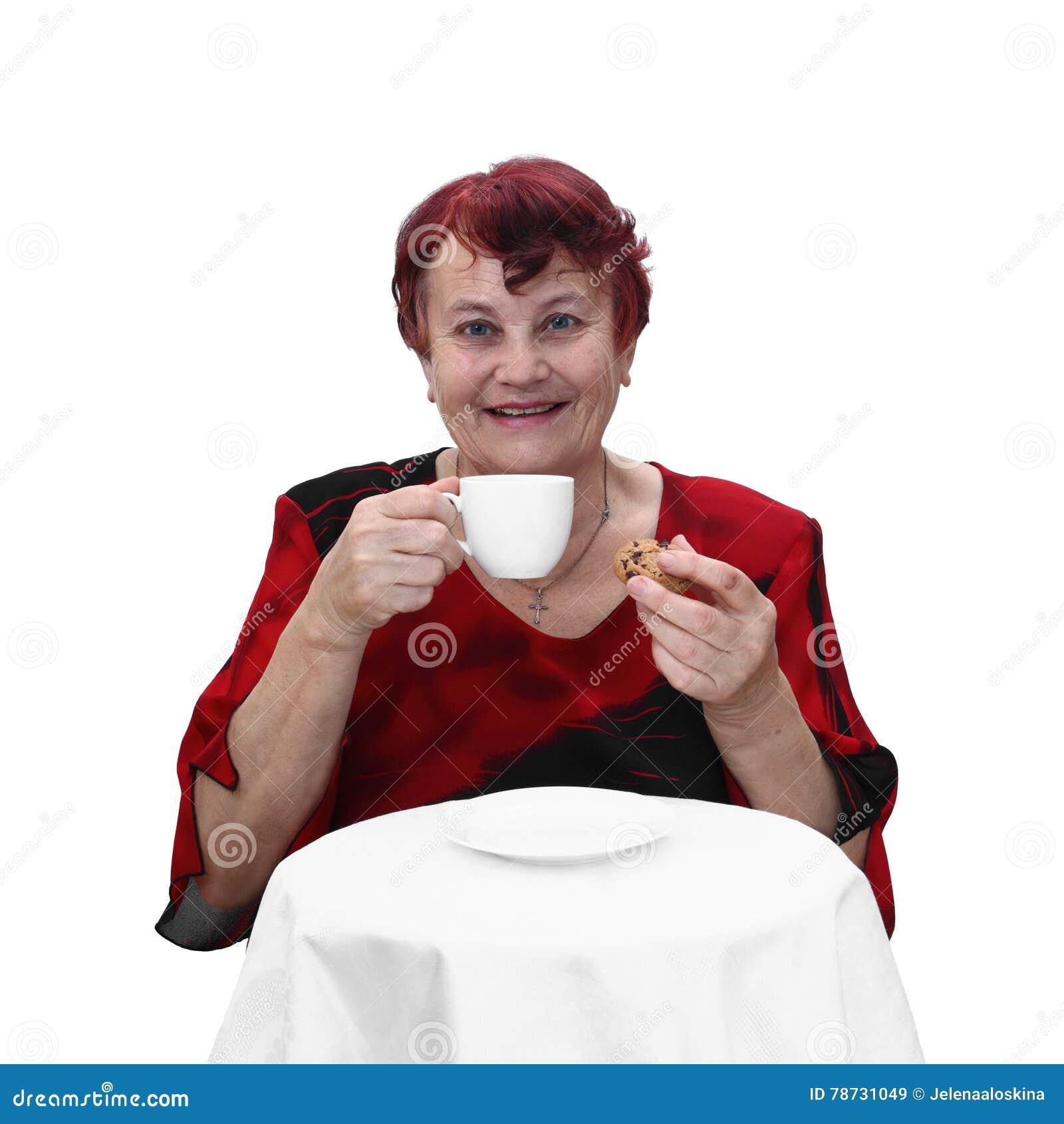 Hög kvinna med den kaffekoppen och kakan