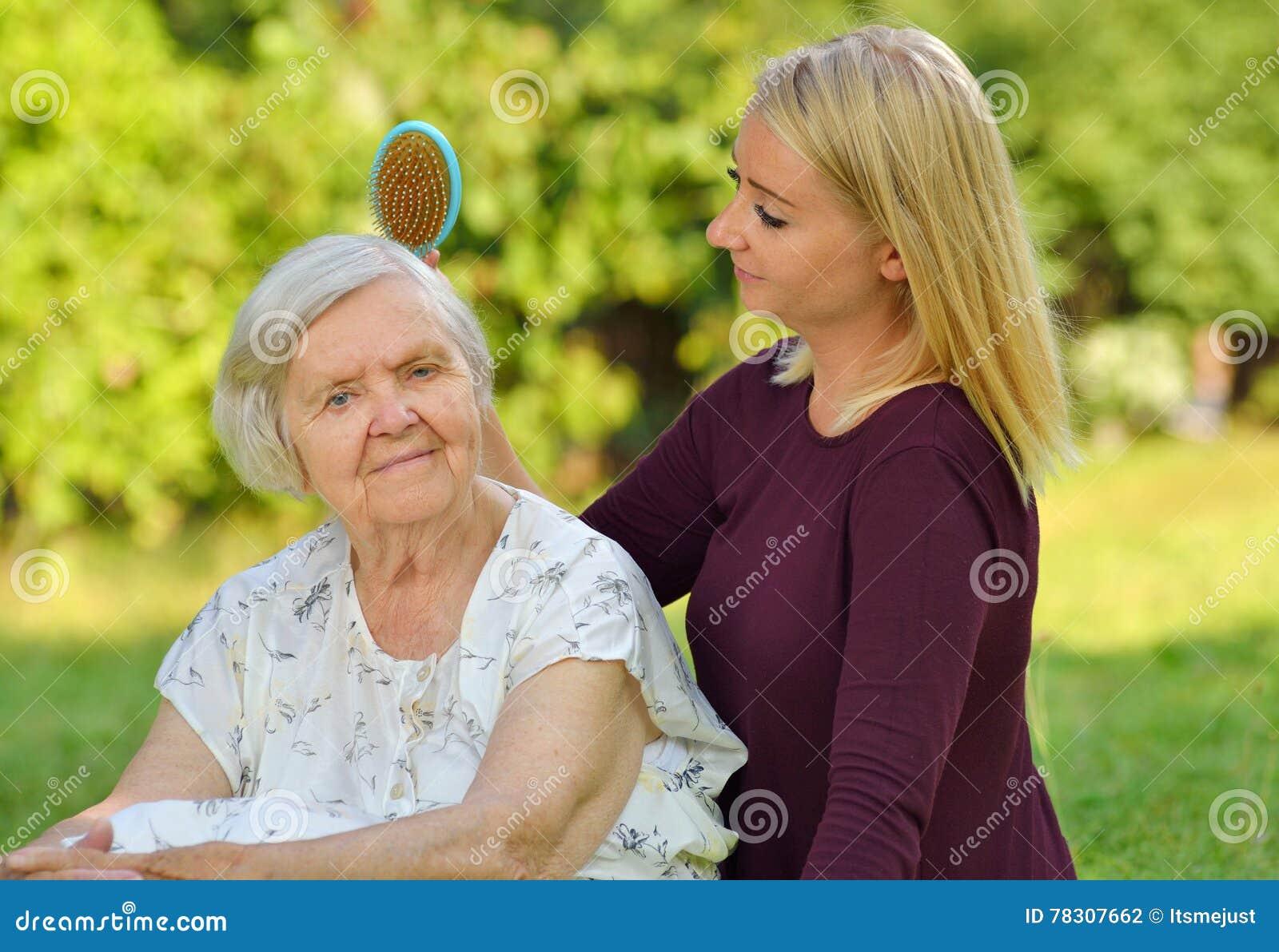 Hög kvinna med henne caregiver
