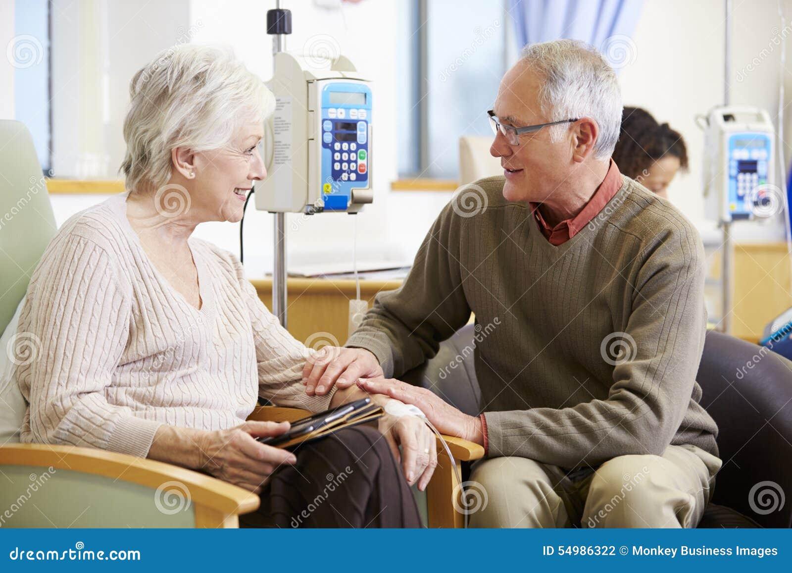 Hög kvinna med maken under kemoterapibehandling