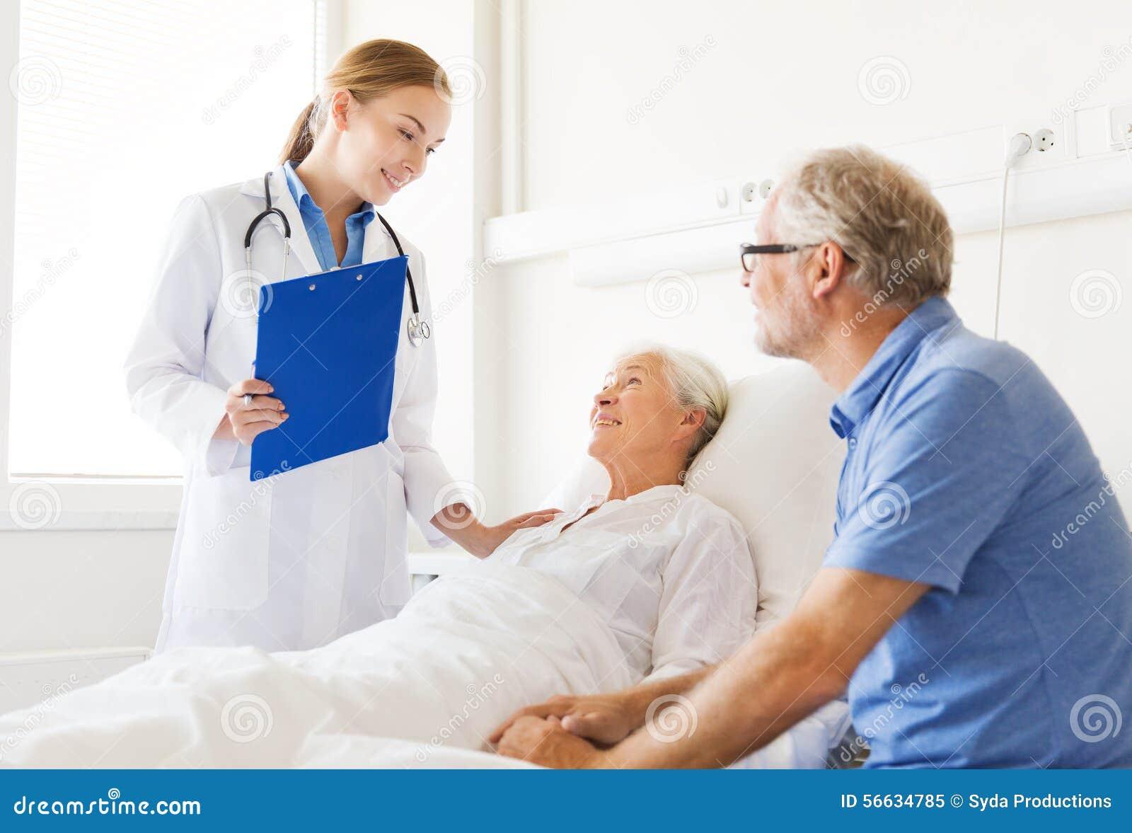 Hög kvinna och doktor med skrivplattan på sjukhuset