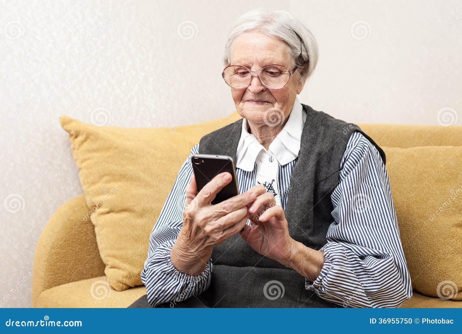 Hög kvinna som använder mobiltelefonen