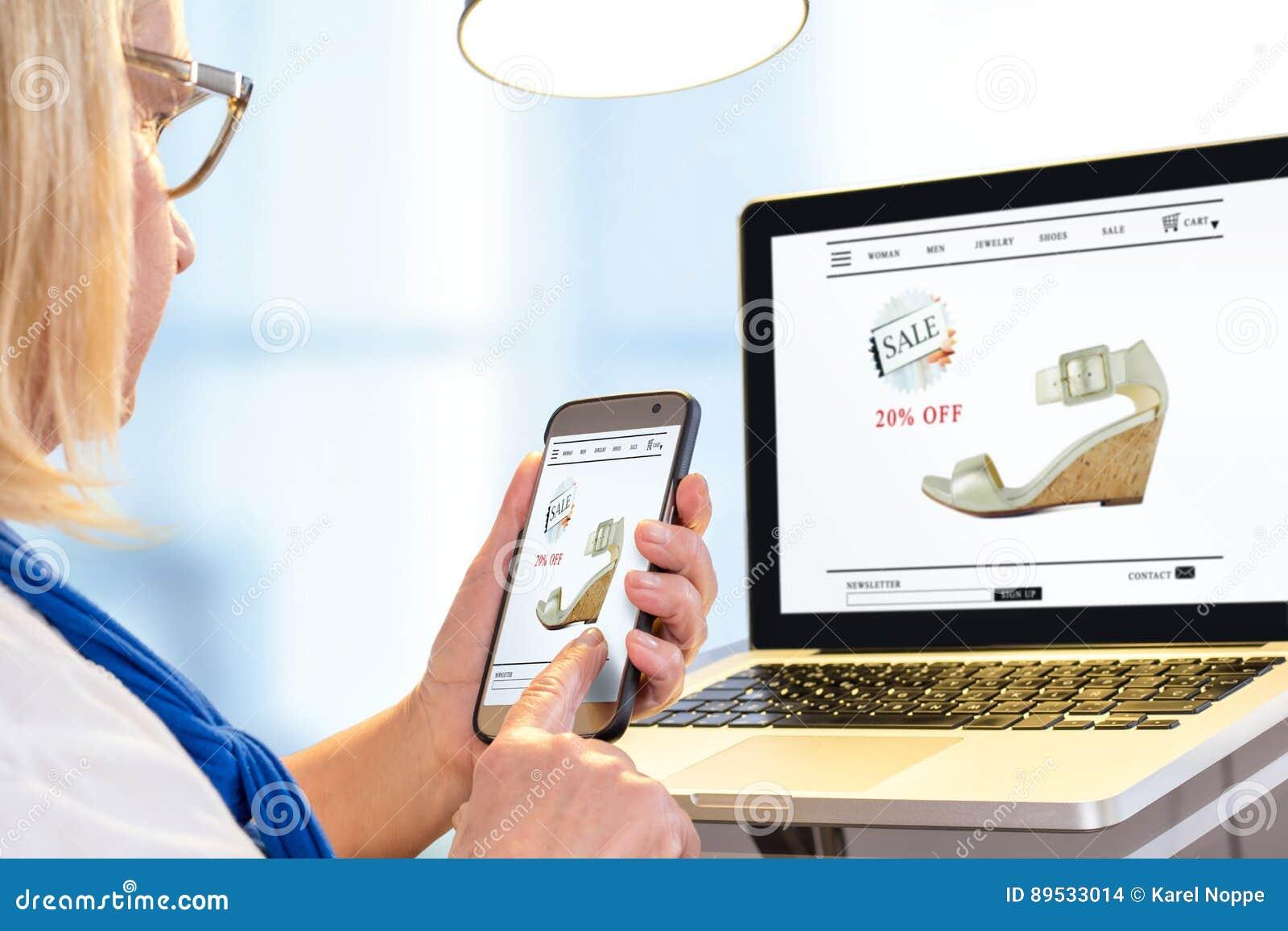 Hög kvinna som gör online-shopping