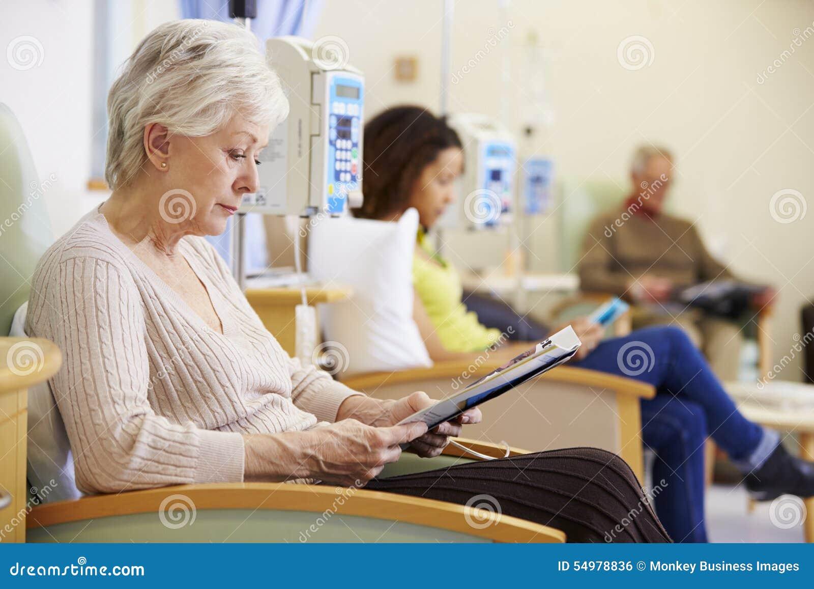 Hög kvinna som genomgår kemoterapi i sjukhus