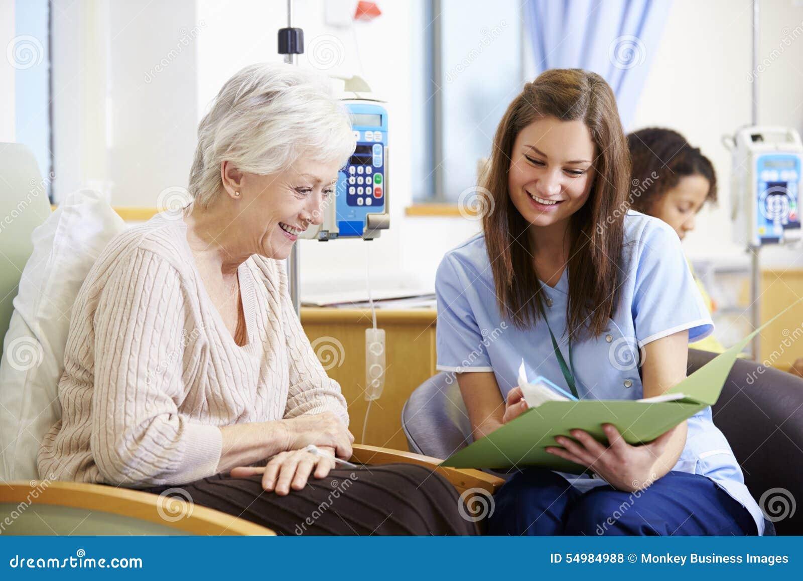 Hög kvinna som genomgår kemoterapi med sjuksköterskan