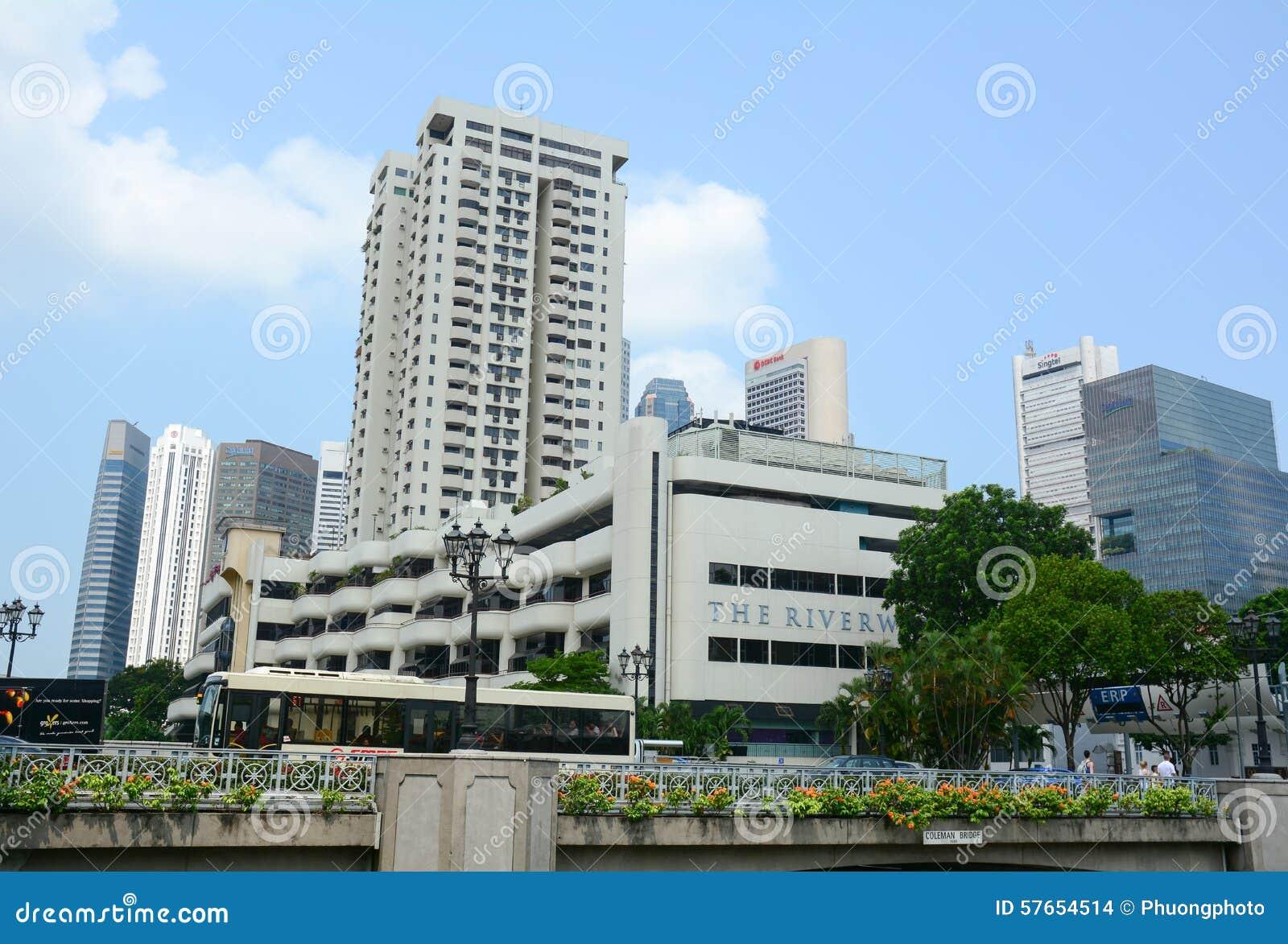 Hög löneförhöjningbyggnad i mitten av Singapore