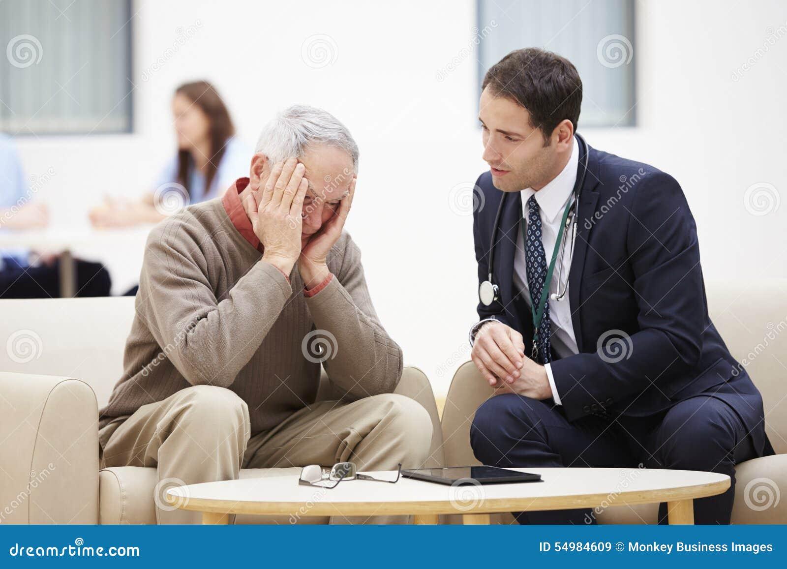 Hög man som diskuterar provresultat med doktorn