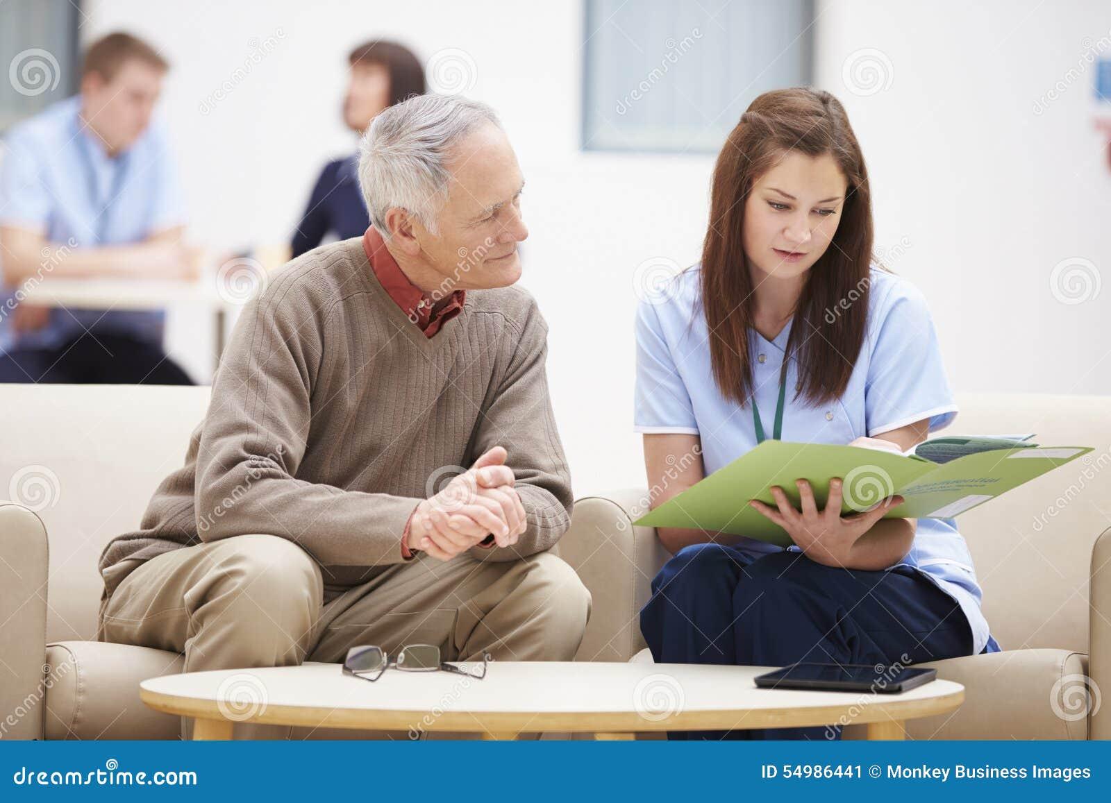Hög man som diskuterar resultat med sjuksköterskan