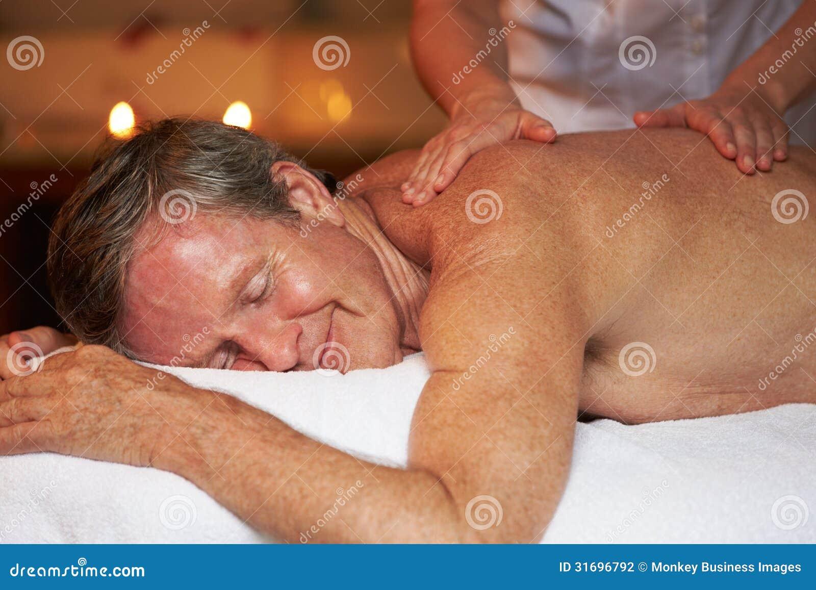 Hög man som har massage i Spa