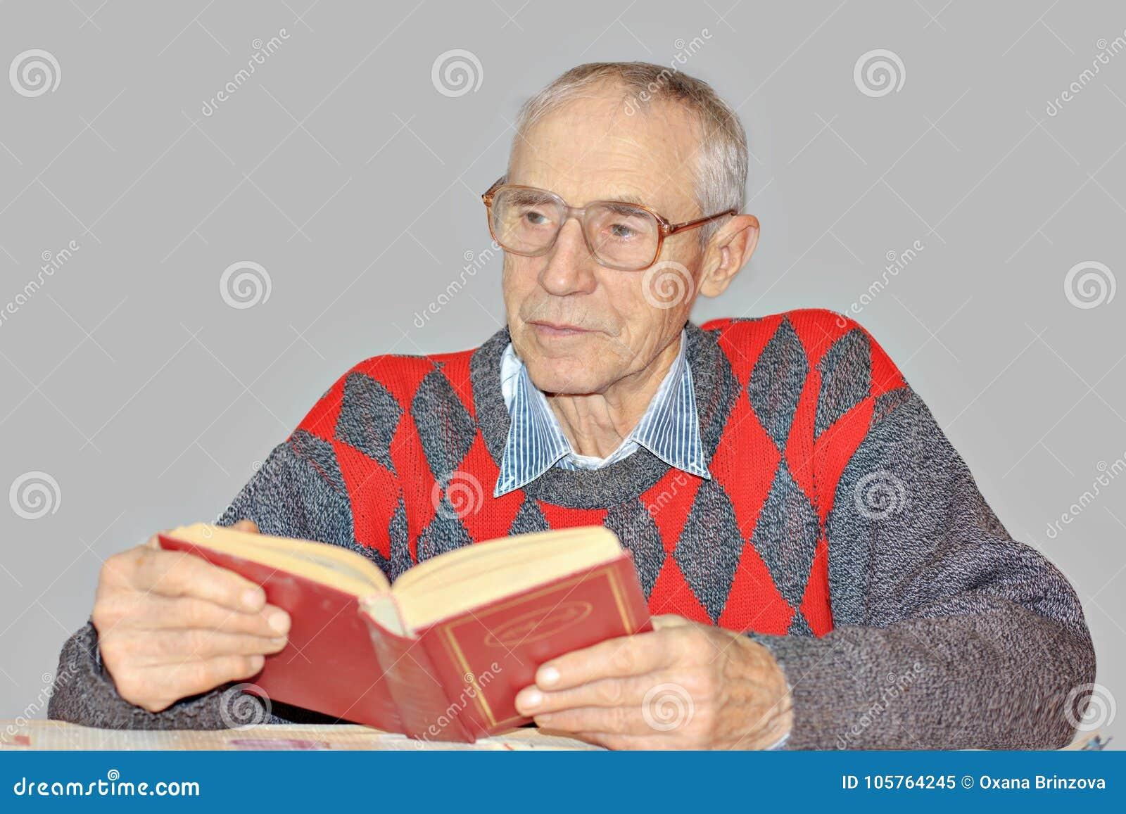 Hög man som läser en bok på tabellen