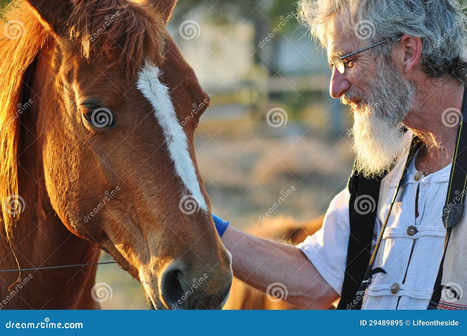 Hög man som slår upp stort hästståendeslut