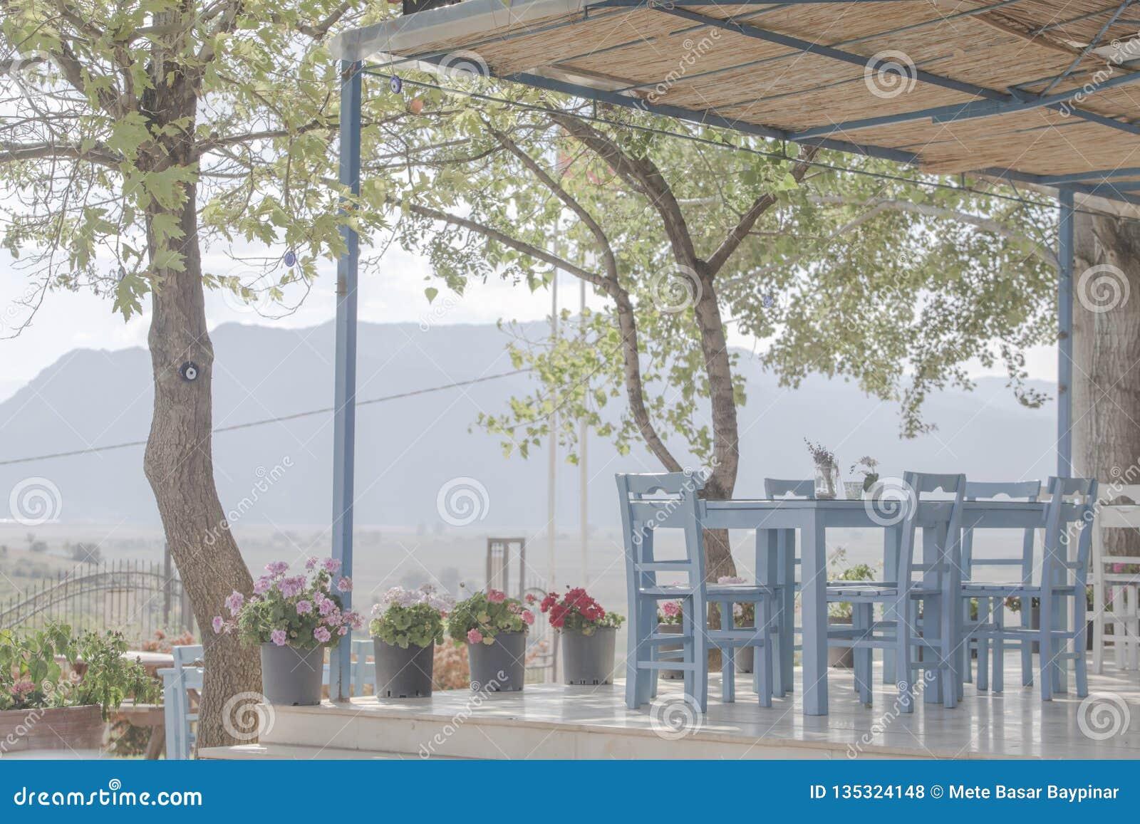 Hög nyckel- bild av en drömlik enkel restaurang i högländerna av Antalya
