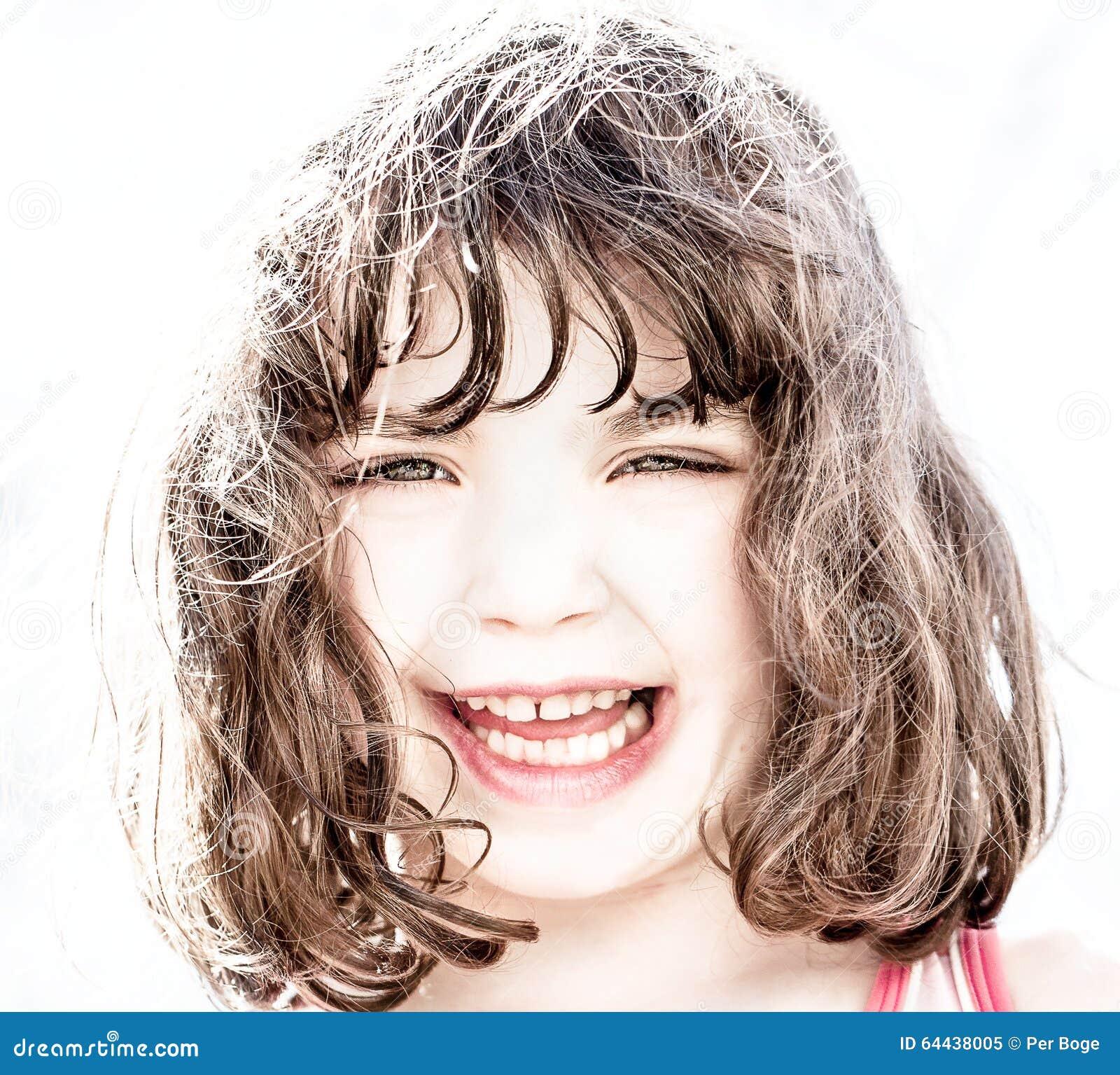 Hög nyckel- stående av att skratta för ung flicka