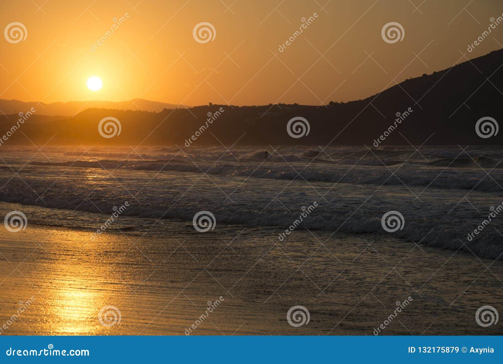 Hög solnedgång för jpgupplösningshav Solig bana på skymning och kullar på bakgrund Georgioupolis strand, Kreta Grekland