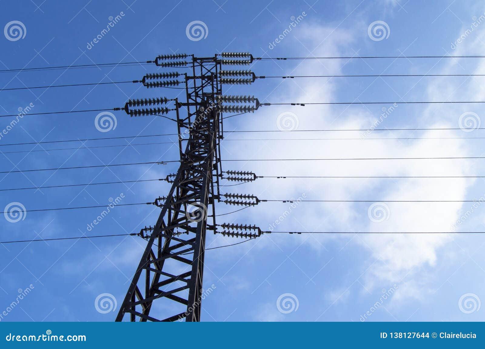 Hög-spänning kraftledning 110 kV, metallservice, trådar, isolatorer, mot den blåa himlen