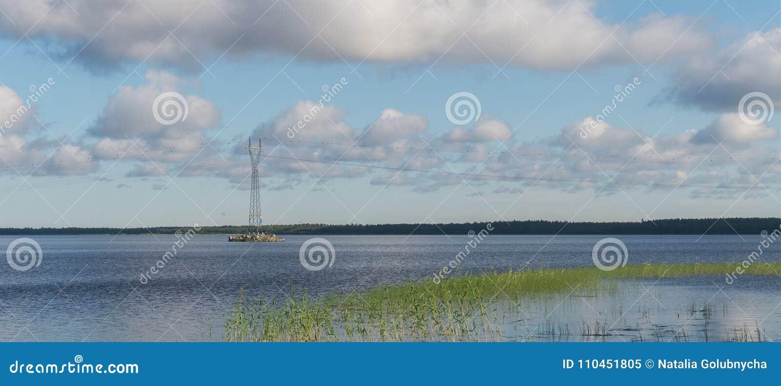Hög-spänning service på ön av sjön