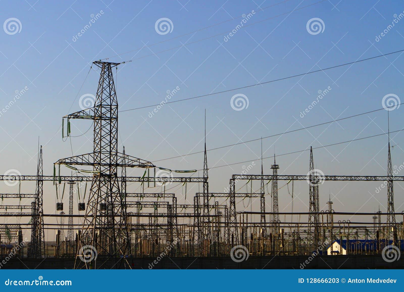 Hög spänning står högt med himmelbakgrund - industriell bild