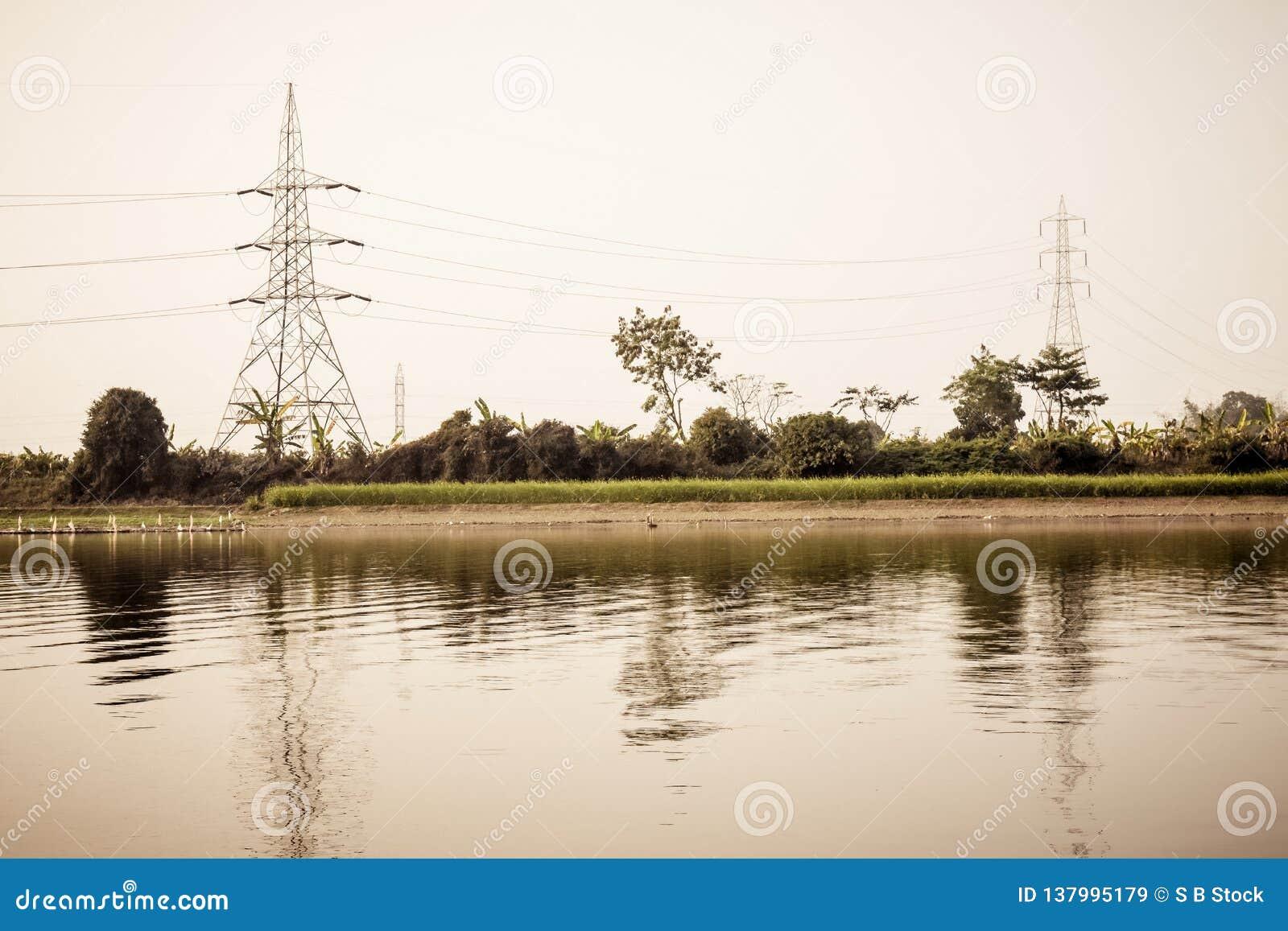 Hög spänningsstolpe av den elektriska pylonen för överföringstornelektricitet, stålgaller och maktöverföringslinje fast utgiftmak