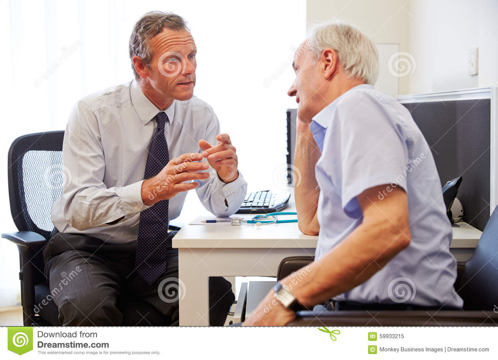 Hög tålmodig ha konsultation med doktor In Office